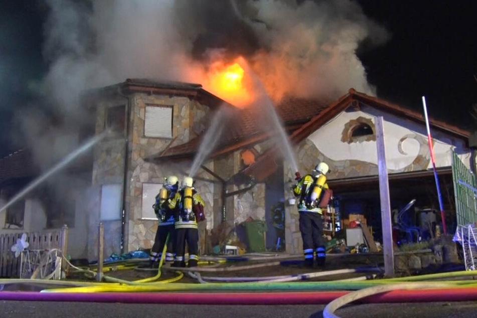 Bewohnerin in Klinik: Feuer zerstört Wohnhaus