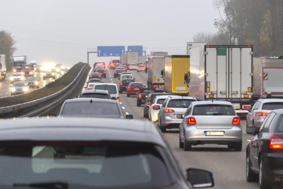 Der Verkehr wird über Standstreifen geleitet. (Symbolbild)