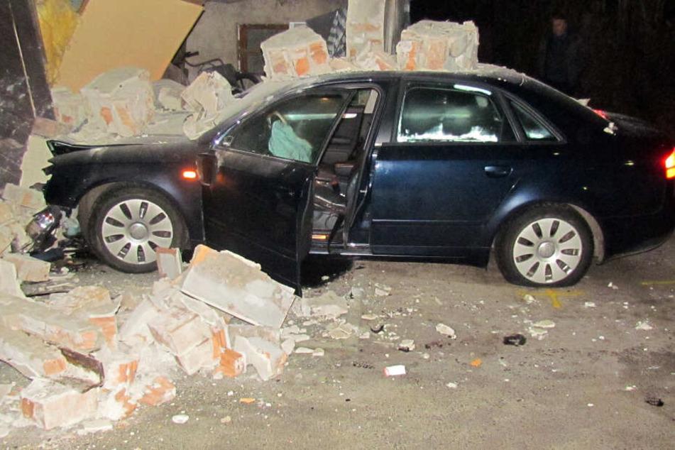Der 30-Jährige krachte mit seinem Audi in einen Garagenkomplex.