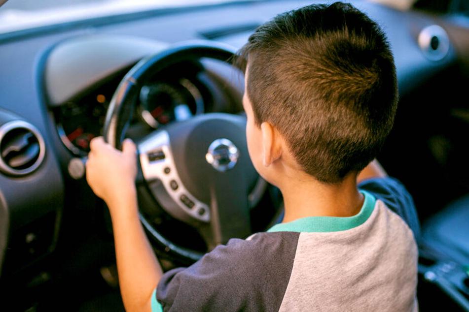 Der Junge hatte das Auto seines Vaters unbemerkt gestartet (Symbolbild).