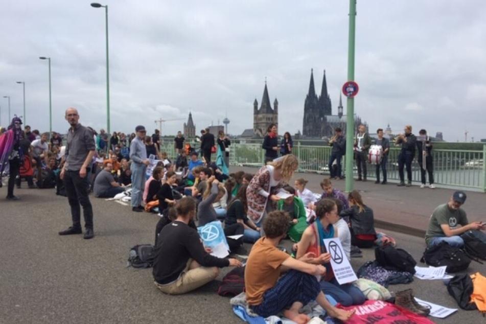 Hunderte Menschen demonstrieren auf der Deutzer Brücke.