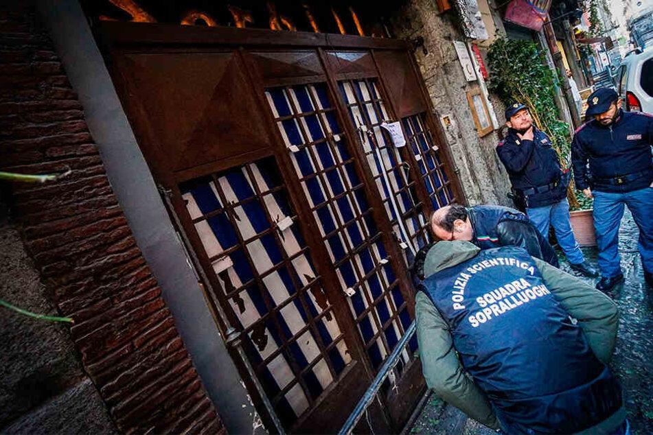 Vor einer Pizzeria in der italienischen Großstadt Neapel ist ein Sprengsatz explodiert.