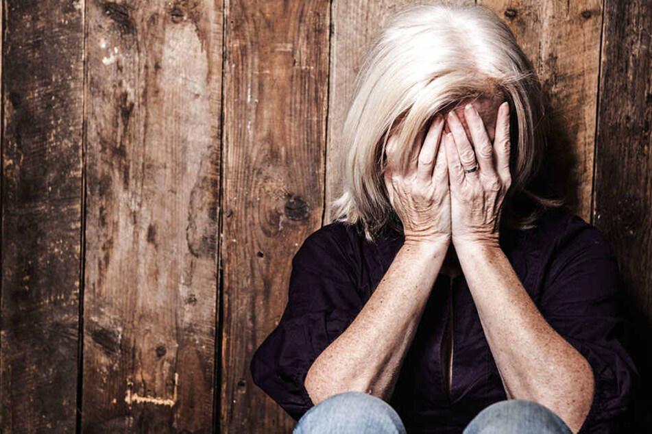 Der Mann brachte die Seniorin brutal zu Fall und raubte sie dann aus. (Symbolbild)