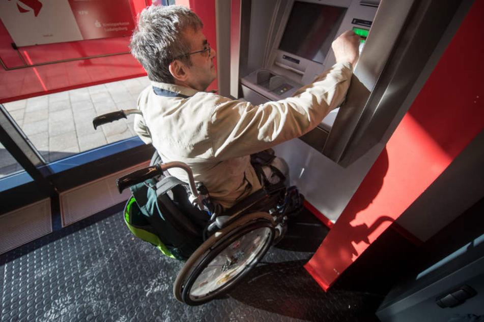 Bei den Maßnahmen geht es auch um den rollstuhlgerechten Umbau von Geldautomaten, wie hie rin Asperg (Kreis Ludwigsburg).
