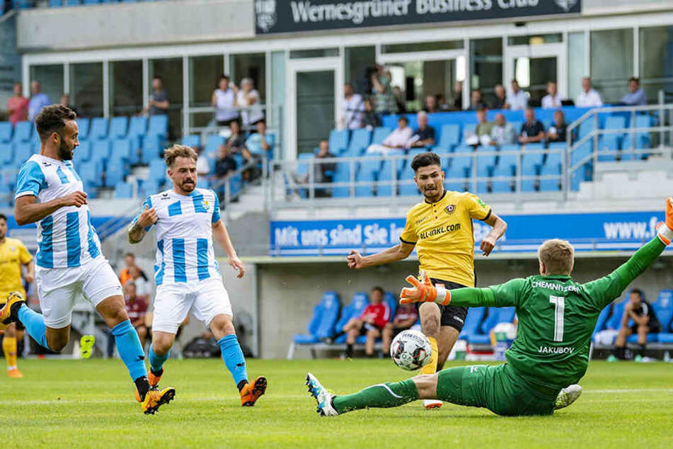 Siegtor gegen den Chemnitzer FC! Osman Atilgan überwindet Torhüter Jakob Jakubov.