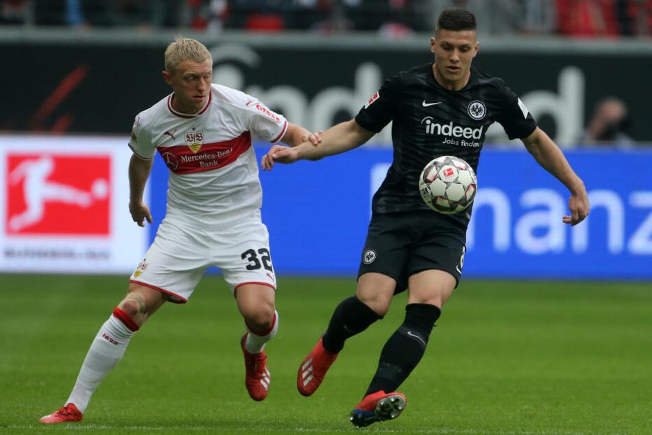 Andreas Beck (Li.) und Frankfurts Luka Jovic im Kampf um den Ball.
