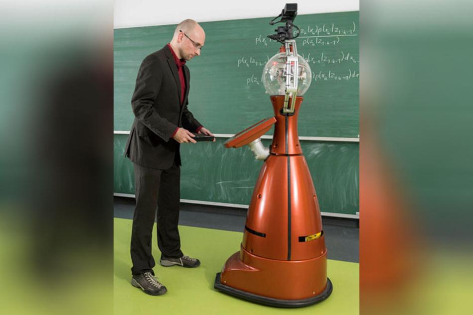 """Peter Poschmann kommuniziert mit dem """"Tesaro""""-Roboter."""