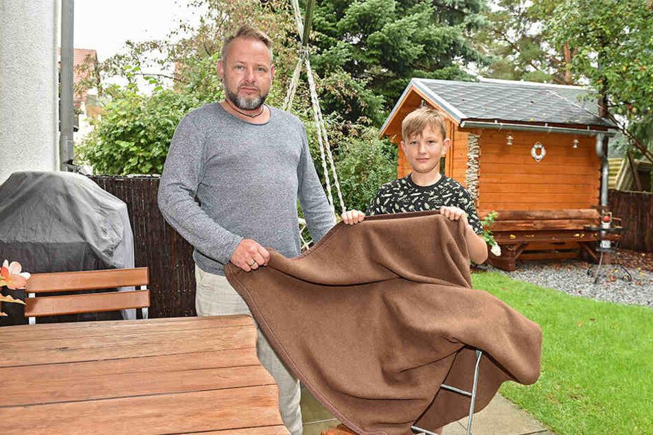 Mit einer wärmenden Decke kümmerten sie sich um die verwirrte Seniorin: Sascha Hübler (44) mit Sohn Till (10).