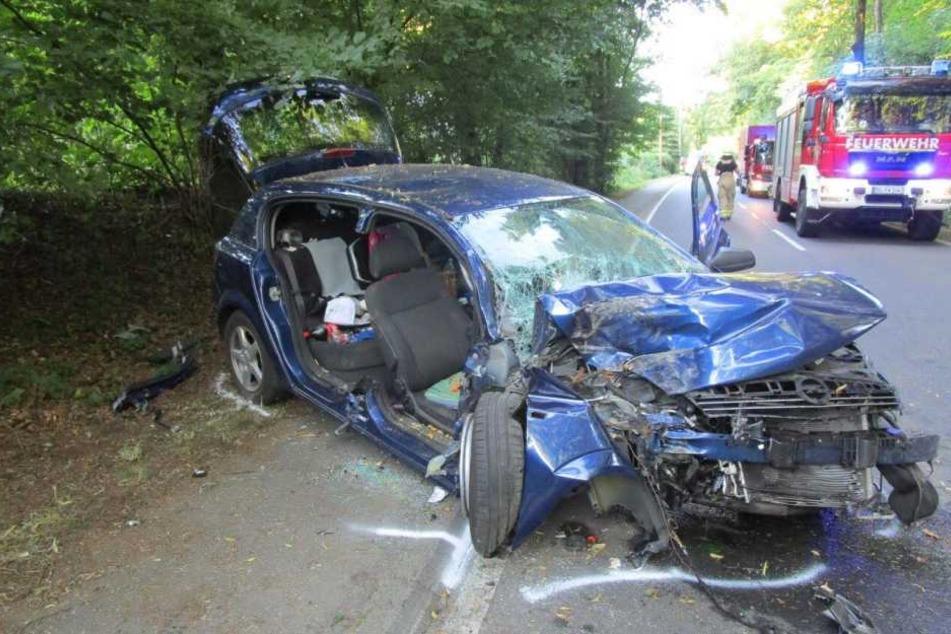 Der Autofahrer fuhr frontal gegen einen Baum, sein Neffe und er wurden dadurch verletzt.