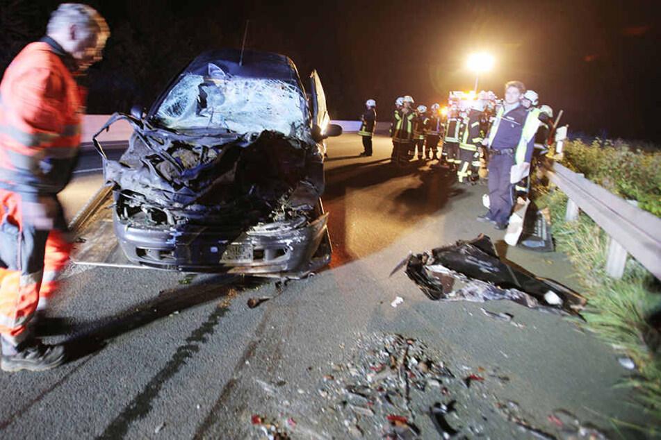 Das Auto schleuderte über die Fahrbahn und blieb kurz darauf völlig zerstört stehen.