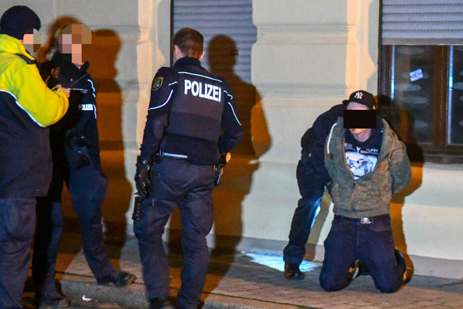 Lebensgefahr nach Messerattacke! Mann auf offener Straße niedergestochen