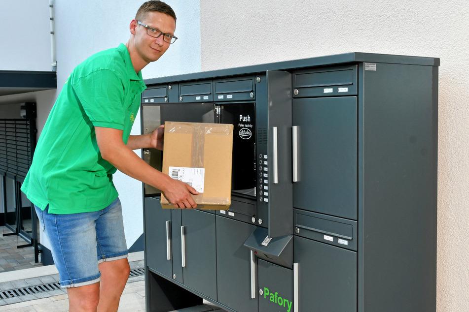 Mitarbeiter Frank Jasper (33) führt das System vor: Wenn das Paketfach aufgesprungen ist, kann man die Lieferung einfach reinlegen und das Fach schließen. Dann kommt nur noch der Mieter selbst an die Ware.