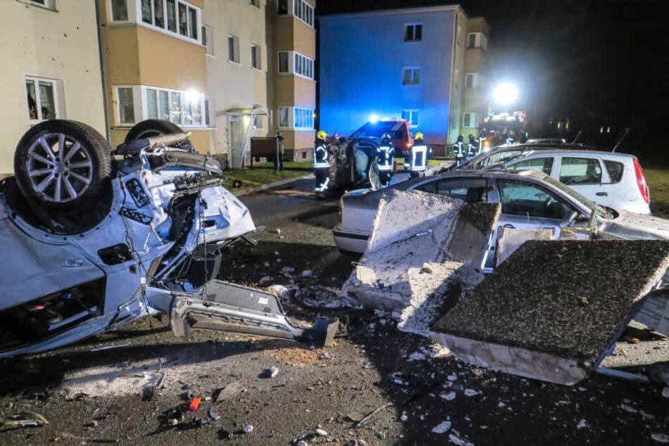 Ein geparkter VW blieb nach dem Unfall auf dem Dach liegen, außerdem wurden eine Müllstation und fünf weitere Autos beschädigt.