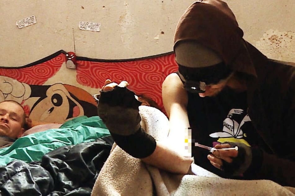 Tobi (36, r.) nimmt seit seinem 14. Lebensjahr harte Drogen. Im Trafohäuschen neben ihm liegt André, der mit einer Angelrute am Hauptbahnhof bettelt.