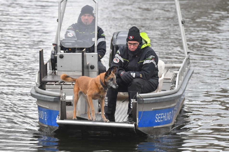 Mit Leichenspürhunden sucht die Polizei den Wolziger See ab.