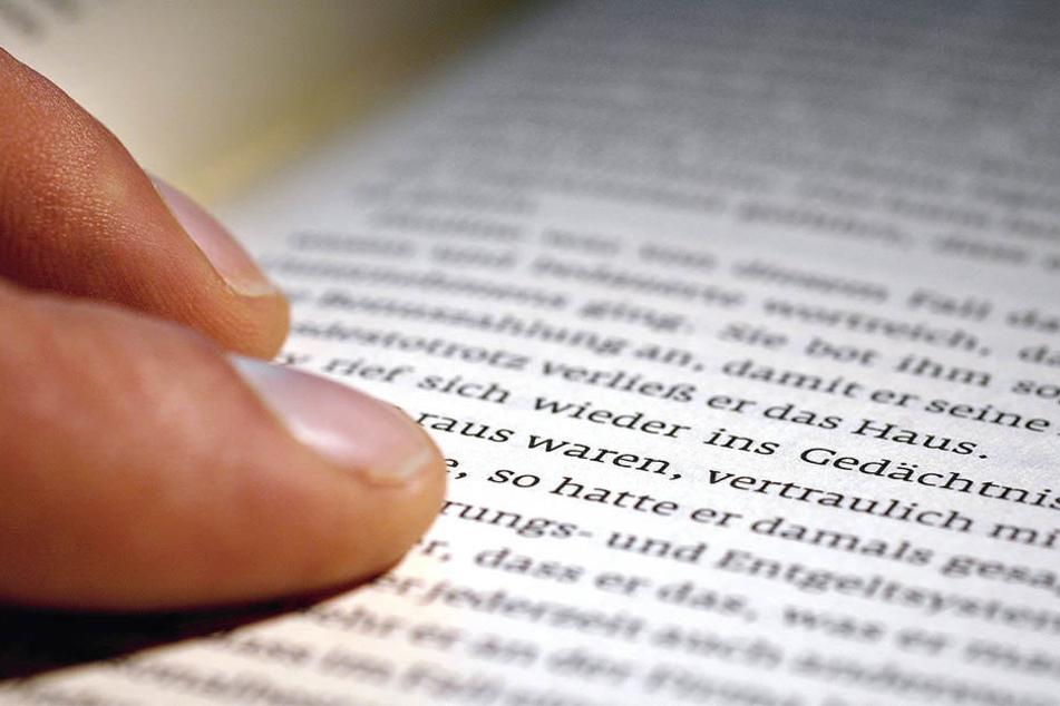 Eine 59-Jährige wurde bei einer nächtliche Lese-Session von einem Einbrecher überrascht.