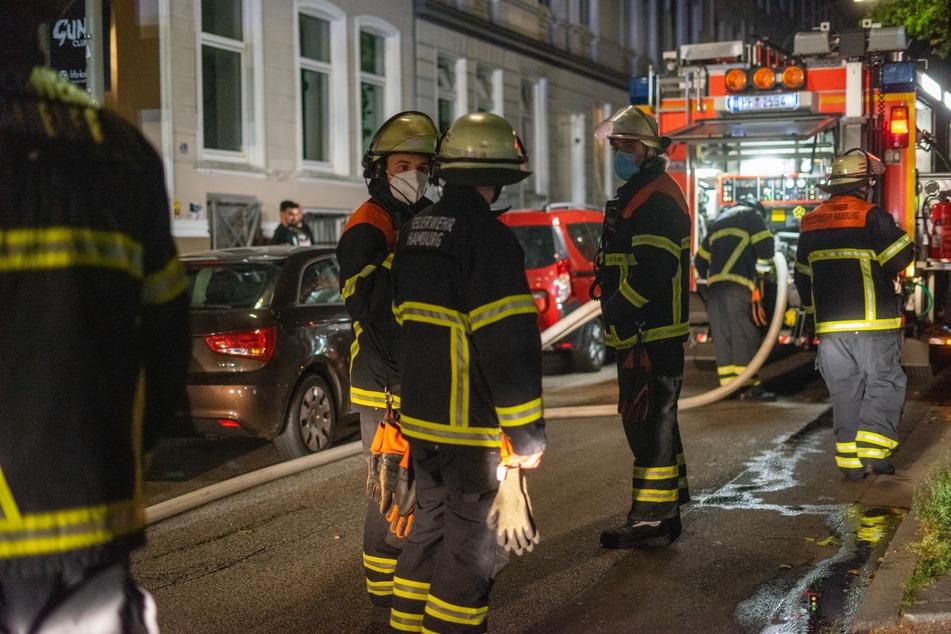 Hamburg: Küche gerät in Brand: Feuerwehr rettet Person aus Wohnung!