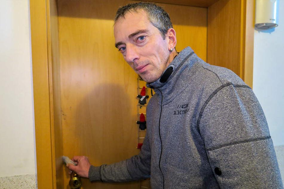 Wohnung in Flammen: Mit einer Deutschland-Rabattkarte öffnete Lars Merkel (44) in der Nacht die Tür seiner Nachbarin.
