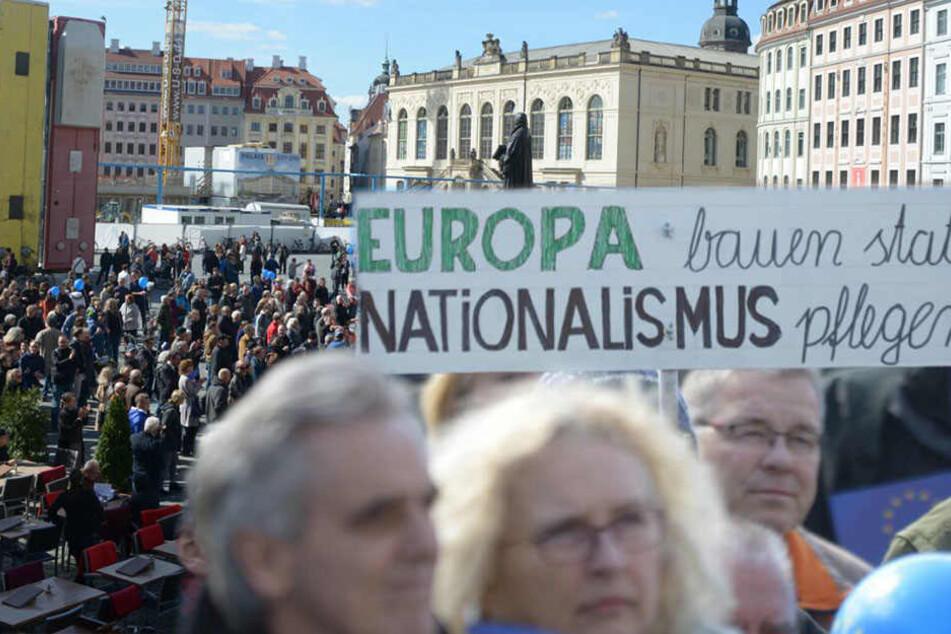 Hunderte Menschen zeigen auf dem Neumarkt Flagge