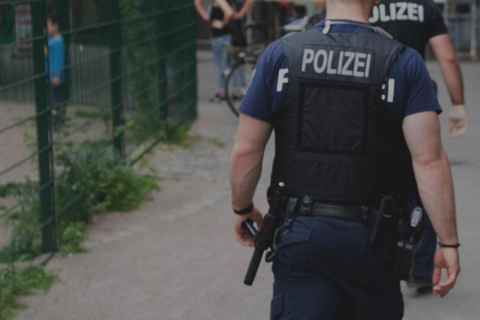 Die Polizei musste den Randalierer fesseln, um ihn unter Kontrolle zu bringen. Kurze Zeit später stirbt er.