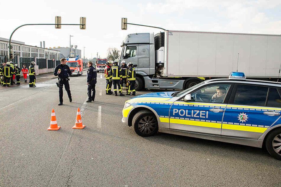 Die Einsatzkräfte sperrten die Gütersloher Straße komplett ab.