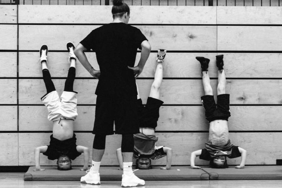 Auch ein Kopfstand gehört zum Training! Malte Ziegenhagen beobachtet drei seiner jungen Schützlinge.