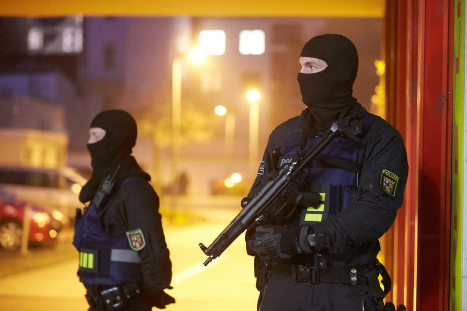 Am Dienstag fand eine Razzia in der Wohnung eines 25-Jährigen in Magdeburg statt. Er soll versucht haben, ein Polizeigebäude per Bombe zu zerstören. (Symbolbild)