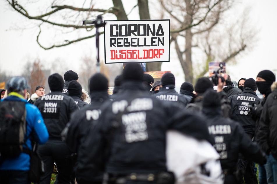 """Die Anhänger der """"Querdenken""""-Initiative haben am Sonntag in Düsseldorf auf den Rheinwiesen demonstriert."""