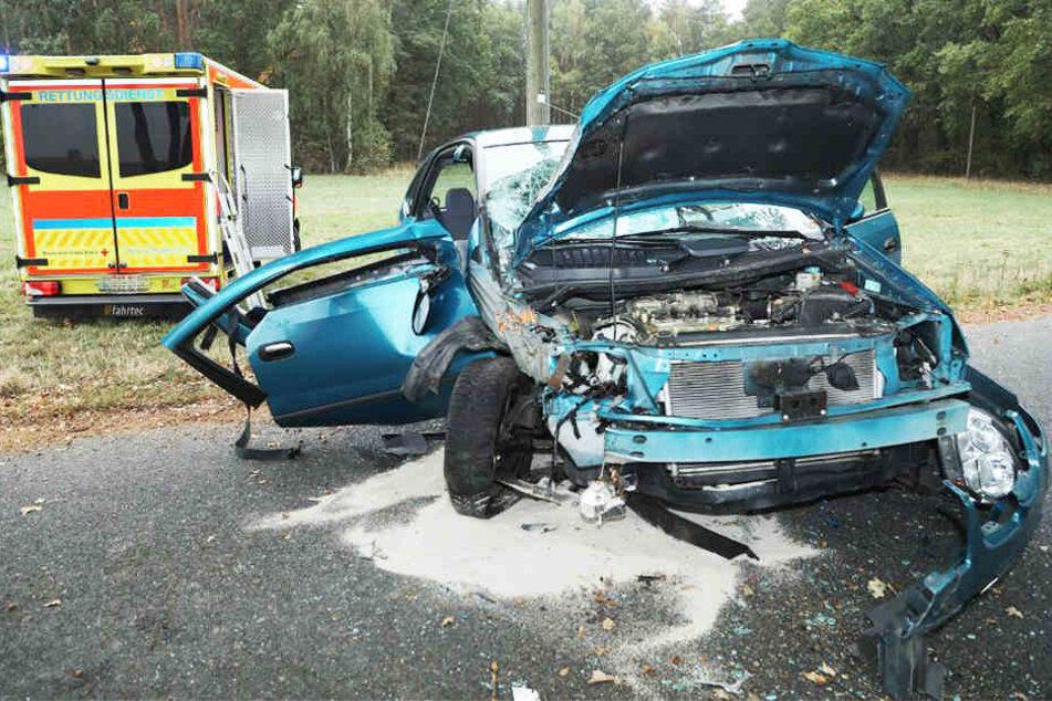 Das Wrack des Nissan Almera lässt erahnen, wie heftig der Zusammenstoß gewesen sein muss.