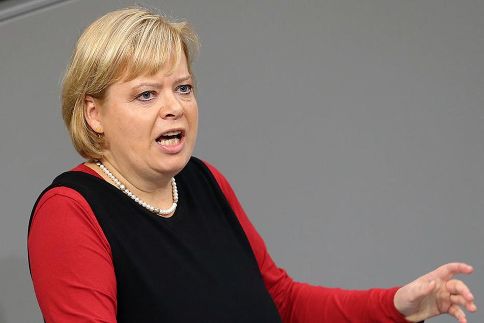 Gesine Lötzsch (Linke) spricht im Deutschen Bundestag.