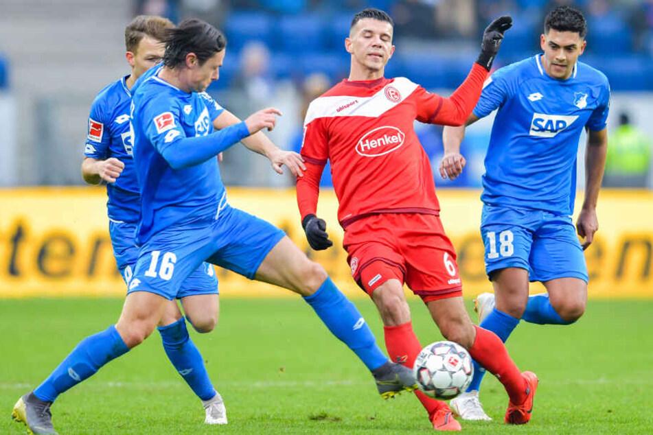 Szene vom Samstag: Hoffenheims Nico Schulz (links) und Nadiem Amiri (rechts) gegen den Düsseldorfer Alfredo Morales (Mitte).