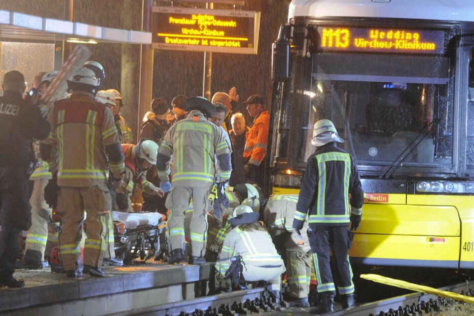 Mann von Tram erfasst und fast zwei Stunden eingeklemmt