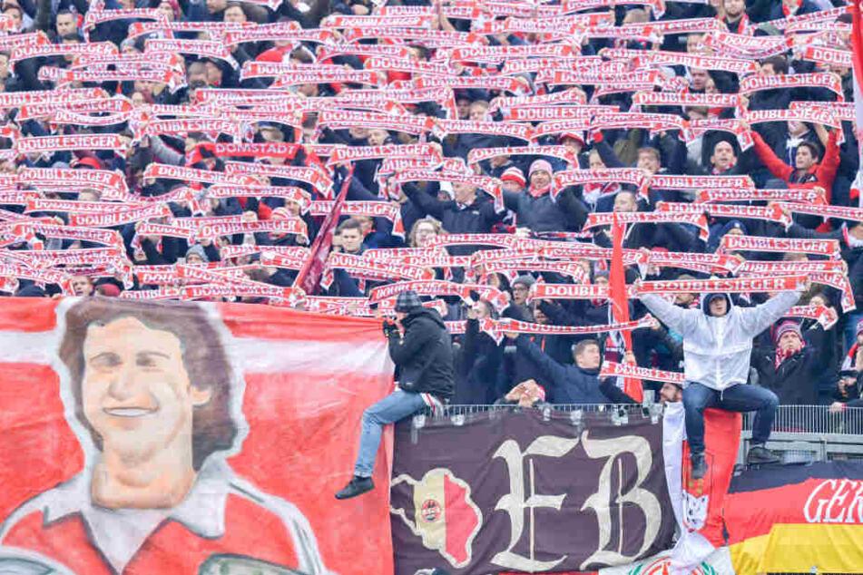 Die Fans feierten im Stadion eine Fußball-Party.
