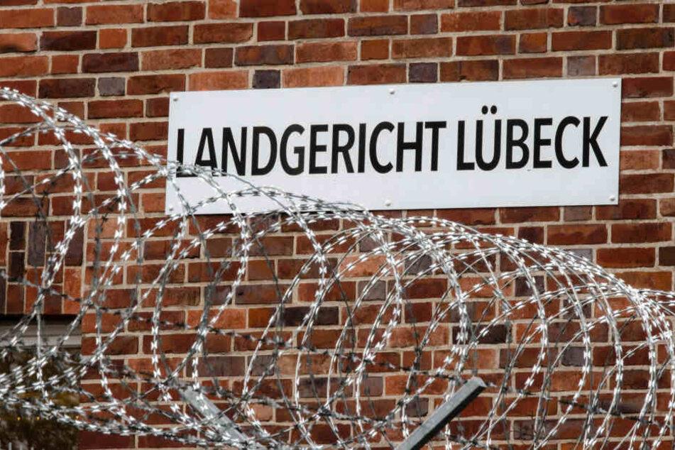 Vor dem Landgericht in Lübeck muss sich der 44-Jährige verantworten.