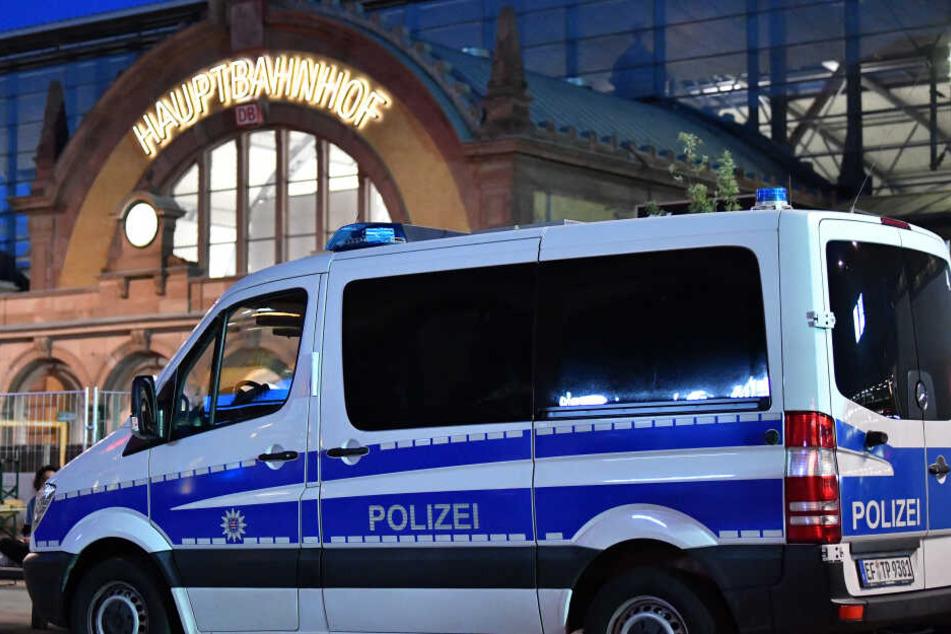 Die Polizei rückte am Bahnhof an, trug den Mann von den Gleisen. (Archivbild)
