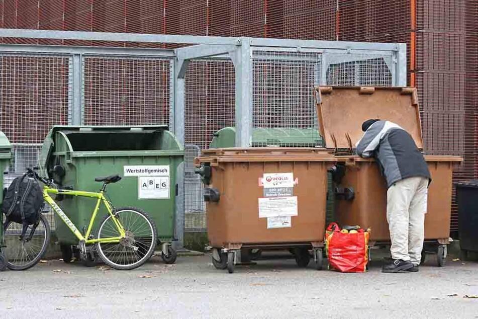 In der Armut müssen manche  Menschen in Mülltonnen suchen.