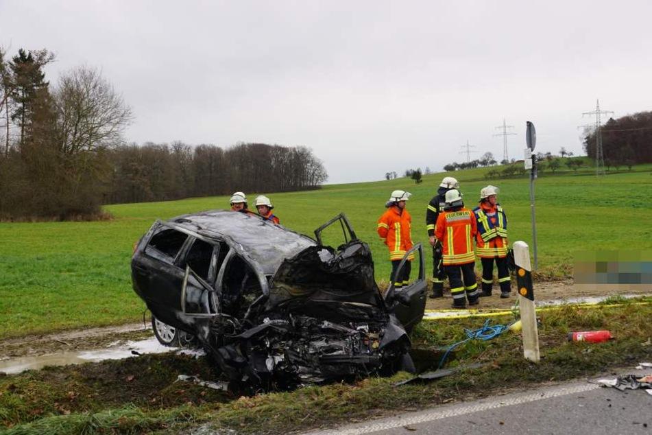 Der Frontal-Crash hat das Auto völlig demoliert.