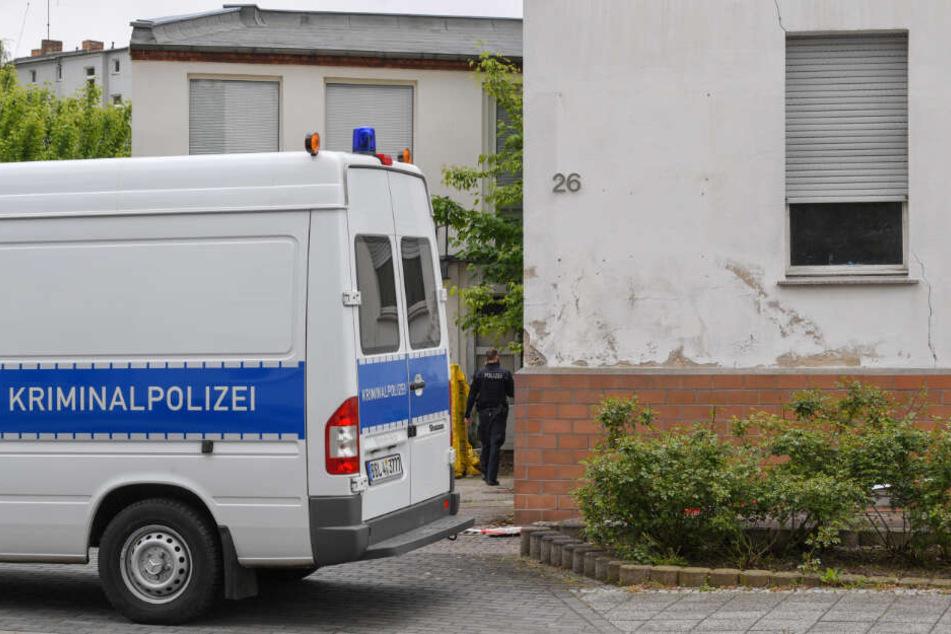 Ein Fahrzeug der Kriminalpolizei steht am Tatort vor einem Wohnhaus in Forst.
