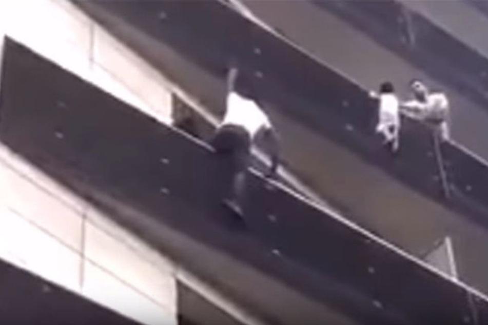 Der Mann kletterte mehrere Stockwerke hinauf, um das Kind in schwindelerregender Höhe zu retten.