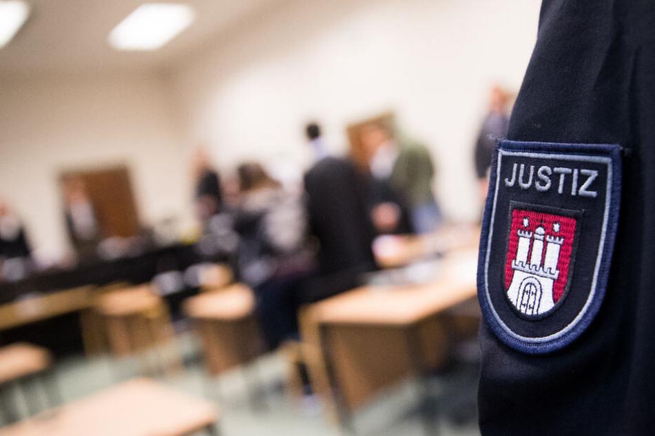 Ein Justizbeamter steht beim Prozess im Saal des Landgerichts Hamburgs. (Symbolbild)
