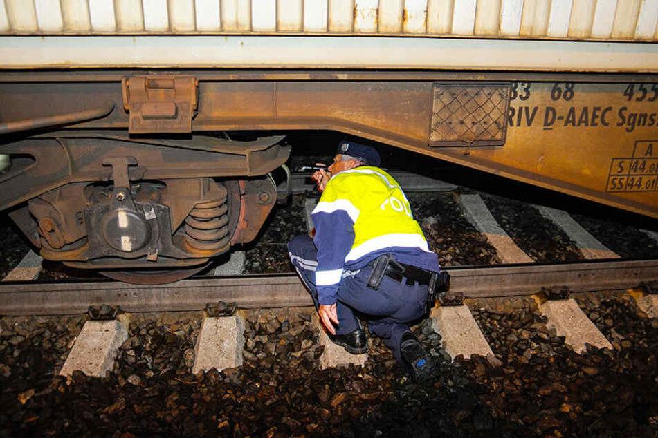 Ein österreichischer Polizist kontrolliert auf dem Bahnhof in Steinach am Brenner (Österreich) einen Güterzug.