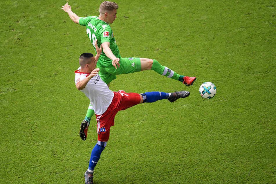 HSV-Mittelstürmer Bobby Wood im Zweikampf mit Gladbachs Innenverteidiger Matthias Ginter.