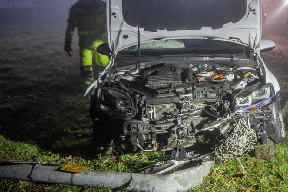 Autofahrerin kracht erst in Laterne und dann durch Zaun von Strom-Umspannwerk