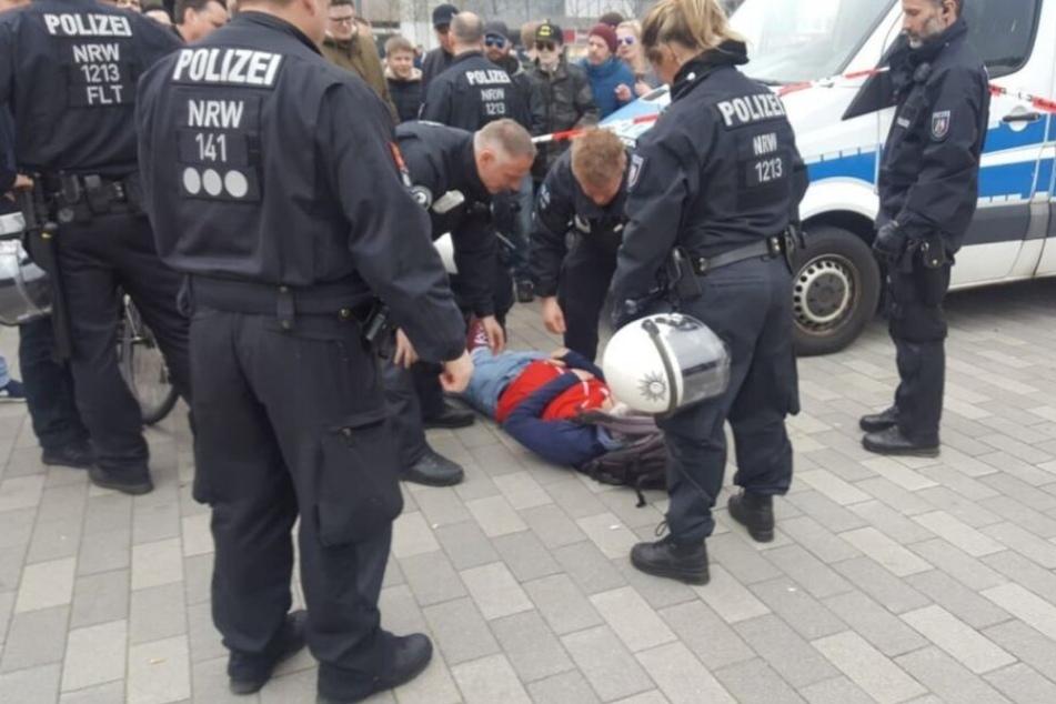 Einer der Demonstranten weigerte sich vor der Personalienaufnahme.