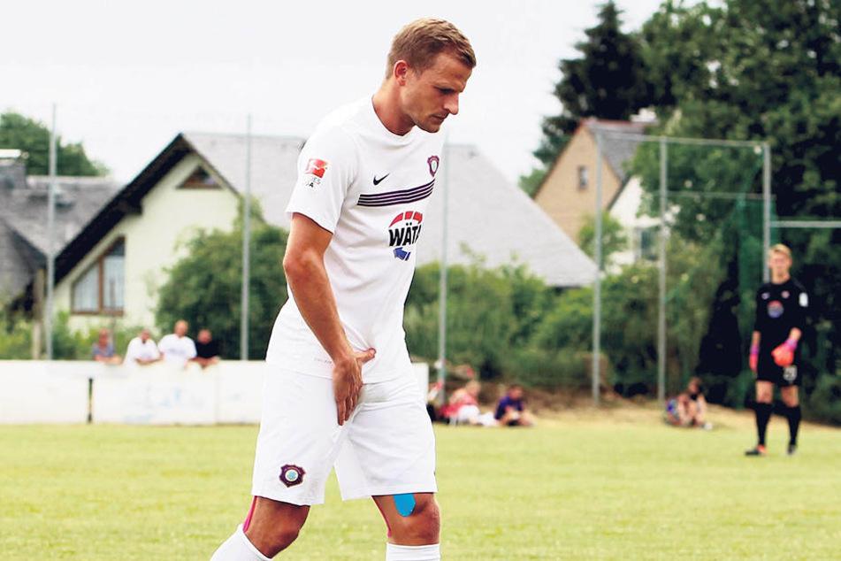 Nicky Adler fasste sich beim Spiel in Bernsbach an die Leiste - da wusste er schon, dass was kaputtgegangen war.