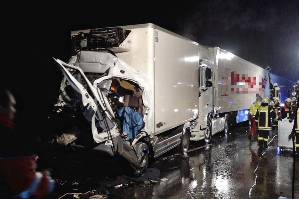Die Feuerwehr konnte den Fahrer des des komplett zerdrückten Sattelzuges nicht mehr lebend aus dem Führerhaus bergen.