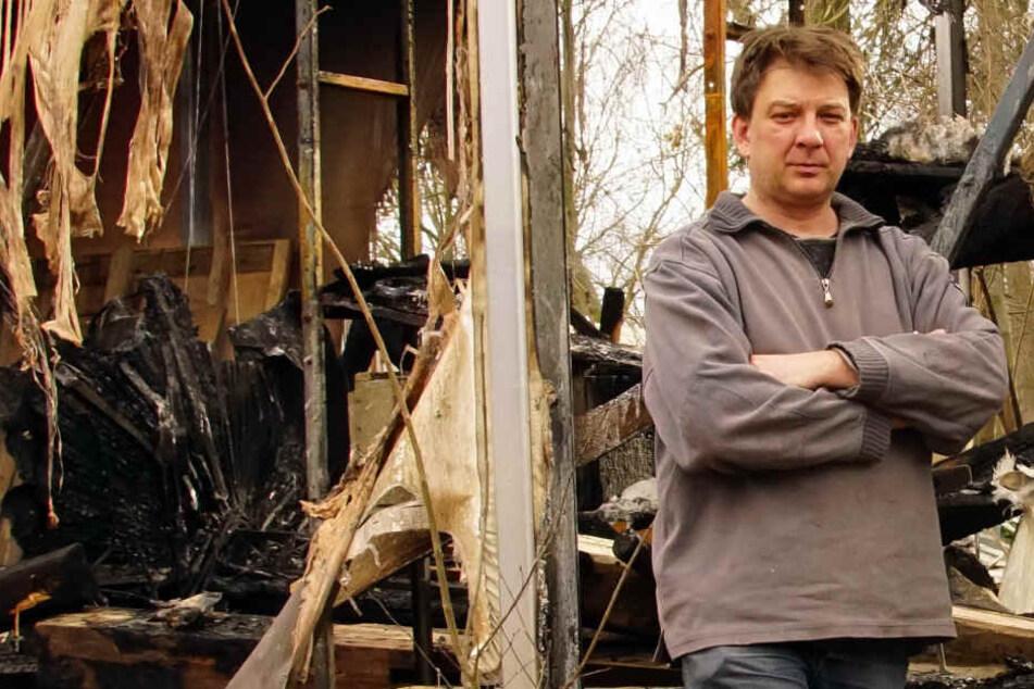 Lars Mandler (46) steht vor den ausgebrannten Überresten seiner Werkstatt.