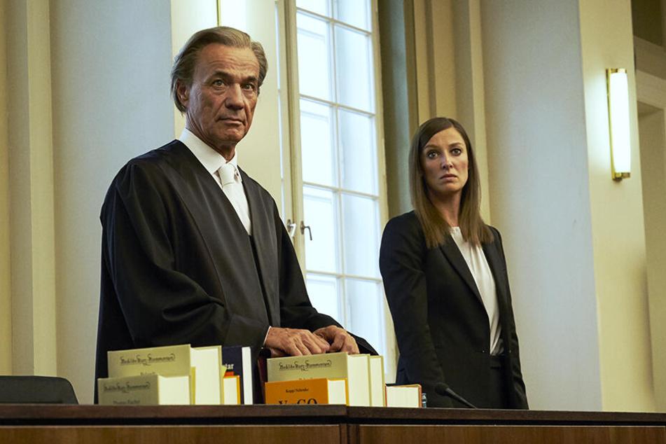 Strafverteidiger-Ass Richard Mattinger (l., Heiner Lauterbach) mit seiner Mandantin Johanna Meyer (M., Alexandra Maria Lara) im Gerichtssaal.