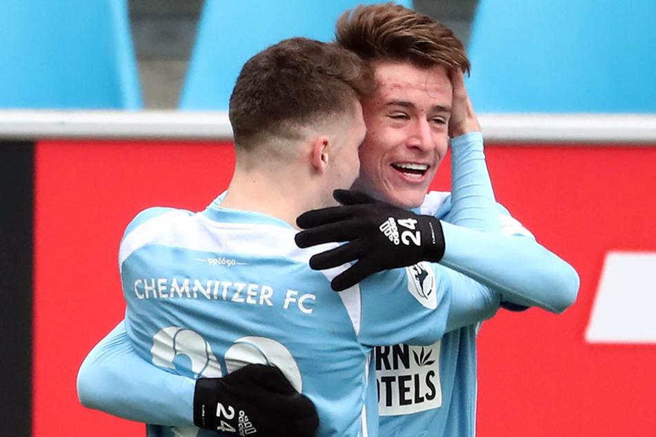 Chemnitzer Siegtorschützen unter sich: Tom Baumgart und Florian Hansch jubeln gemeinsam.