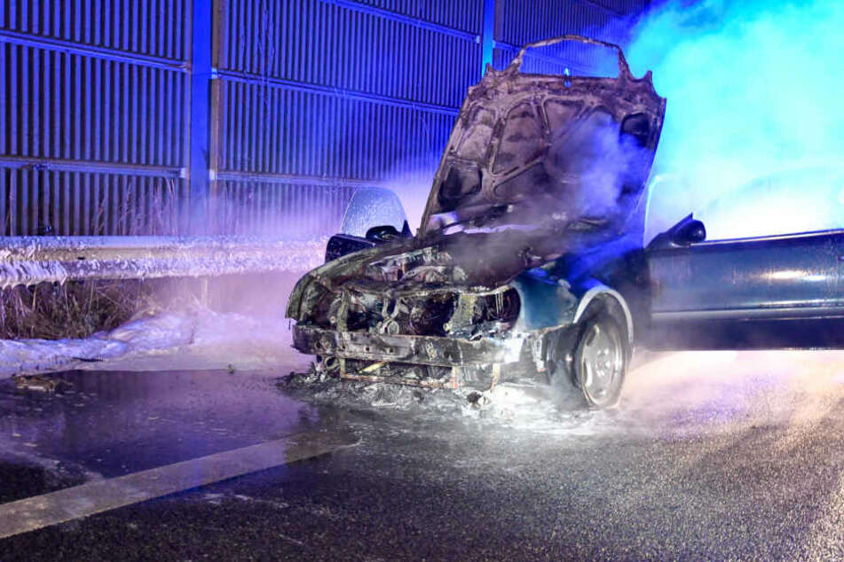 Die Polizei konnte die Flammen mit Löschschaum ersticken.